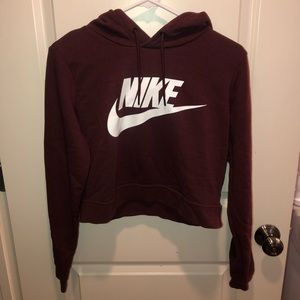 Cropped maroon nike sweatshirt with hood